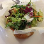 Salade avec fromage robiola frit