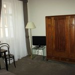 Kleiderschrank, Fernseher und Schreibtisch