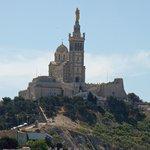 Basilique Notre Dame de la Garde vue depuis le MUCEM, au zoom