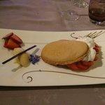 Macaron ovale, crème citron, fraises fraîche, sorbet yuzu