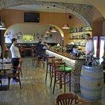 Innenansicht mit Bar und Barkeeper