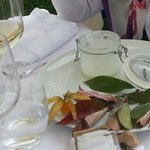 Presentazione Gelato alla vaniglia con ciliegie al vino rosso