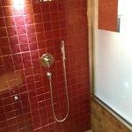 Douche spacieuse ouverte sur la baignoire