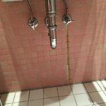 Rostige Wasserstreifen unterhalb des Waschbeckens