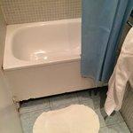Мини-ванна в номере с ванной комнатой