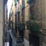 Самое прекрасное в номере 10 с душем - истинно барселонский вид с балкона