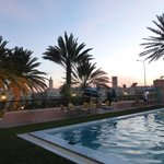 la piscine au coucher du soleil