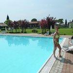 la piscina estera, nel bel giardino riva lago