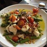 Spargel, tomato, mozzarella salad