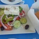 salada grega e pão