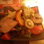 L'entrée : Salade aux trois foies gras sur pain d'épice, très copieuse et délicieuse.
