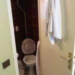 Abertura máxima da porta do banheiro, vaso na diagonal para as pernas caberem