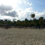 Playa con reposeras
