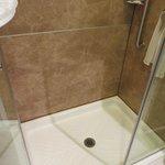 Área de banho, limpa e em bom estado.