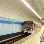 el acceso al metro debajo del clarion