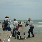playa y musicos