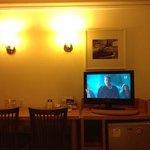 quarto (mesa e tv)