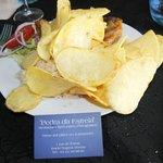 poulet au four caché sous de superbes chips