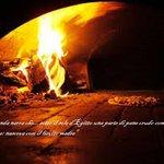 pizza secondo tradizione, cotta in forno e fatta con ingredienti naturali.