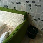Место для сна на диване рядом с кухонным помойным ведром
