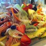 totani e gamberi al vapore con verdure croccanti e frutta