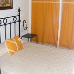 Dormitorio con cortinas en el armario