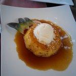 Ananas caramellato caldo con pallina di gelato alla vaniglia