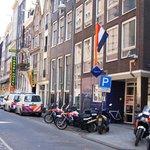 Beursstraat, на переднем плане полицейский участок, далее кафешоп, вывеска отеля - желтая