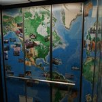 Un elevador muy internacional decorado con recuerdos y souvenirs de casi todo el mundo.