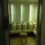 ascenseur aménagé en salon pour le petit déjeuner