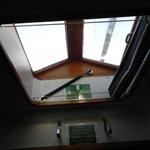 O janelão no teto da copa.