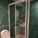 O banheiro climatizado com água em abundância.