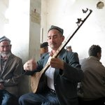 Playing the dutar