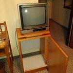 Televisor FÓSIL, sobre mueble de nevera que en otro tiempo hubo