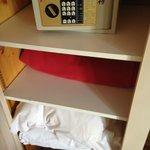 armario y caja fuerte habitación 19