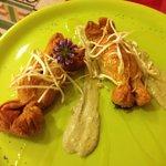 Caramelle di pasta sfoglia con salsiccia lunga nega e crema di fave