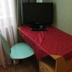 Pequeño escritorio y TV