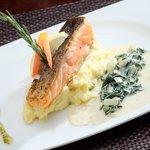 Grilled Salmon mit blattspinat und Kartoffel Püree