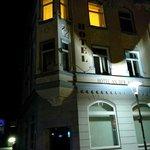 Вид фасада ночью