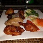 Assiette créole avec variétés de boudins et accras