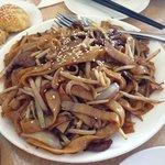 Stir fried noodle with shredded beef