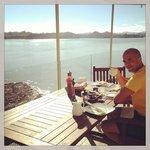 Petit déjeuner sur la terrasse du B&B