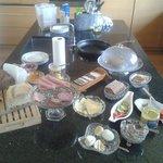 Le petit déjeuner buffet dans la cuisine mise à disposition des hôtes