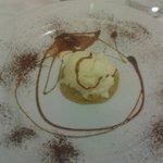 dessert tortino di nocciole e gelato alla vaniglia