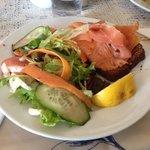 open sandwich al salmone affumicato