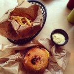Cheeseburger, fries & aioli at Munchies Oslo.