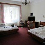 3er Zimmer mit Fernseher, Doppel- und Einzelbett