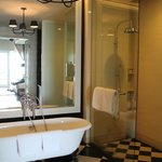 Our Victory Annexe Studio Suite - bathroom.