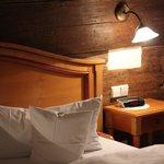 Hotelzimmer mit 600 Jahre altem Gebälk