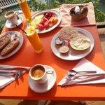 Café de máquina y zumo de naranja recien hechos